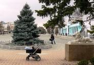 Детская коляска на площади