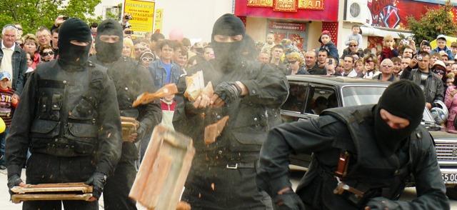 Евпатория милиция бьет черепицей по голове