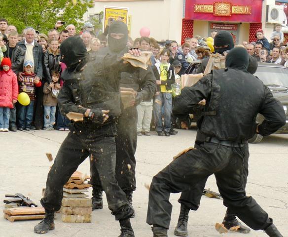 Евпатория милиционер бьет черепицей по голове