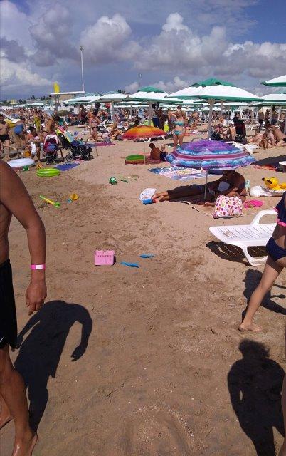 Черная тень на песке