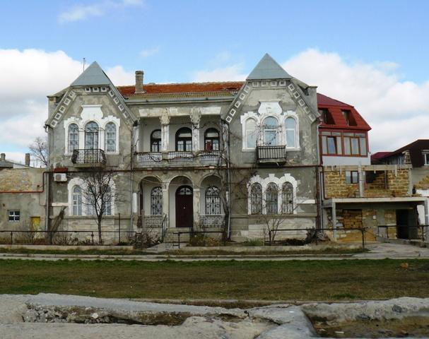 Старинный дом на набережной
